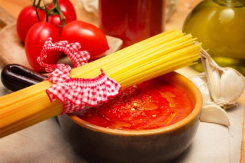 tomato sauce with raw spaghetti